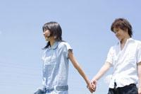 手を繋いで歩く女子学生と男性学生 02299005941| 写真素材・ストックフォト・画像・イラスト素材|アマナイメージズ