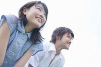 空を見つめる女子学生と男子学生 02299005956| 写真素材・ストックフォト・画像・イラスト素材|アマナイメージズ