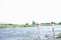 河原で遊ぶ女子学生と男子学生 02299005966| 写真素材・ストックフォト・画像・イラスト素材|アマナイメージズ