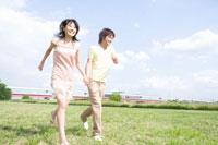 芝生を走る男女学生 02299005974| 写真素材・ストックフォト・画像・イラスト素材|アマナイメージズ
