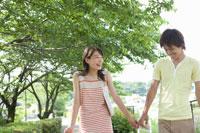 外で手を繋ぎ歩く男女学生 02299005976| 写真素材・ストックフォト・画像・イラスト素材|アマナイメージズ