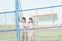 野球の応援をする男女学生