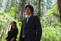 森の中に立つビジネスマンとOL