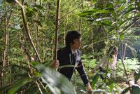 森の中をさまようビジネスマンとOL
