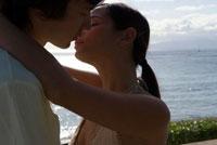 海辺でキスをする男女