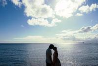 海辺でキスをするカップル