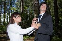森の中で喧嘩をするビジネスマンとOL