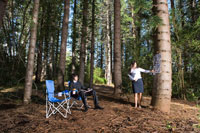 森の中で会議をする男女