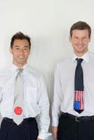 笑顔の日本人と白人ビジネスマン