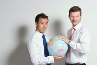 地球儀を持つ日本人と白人ビジネスマン