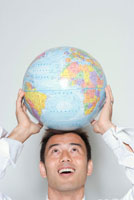 地球儀を頭にのせる日本人ビジネスマン