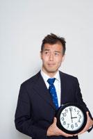 時計を持つ日本人ビジネスマン