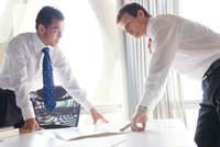 オフィスで話す日本人と白人ビジネスマン