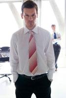 オフィスにいる白人ビジネスマン