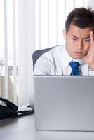 オフィスでパソコンを使うビジネスマン