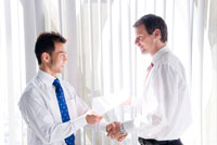 オフィスで握手するビジネスマン