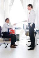 オフィスで話すビジネスマン