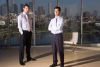 オフィスに立つビジネスマン達 02299006241| 写真素材・ストックフォト・画像・イラスト素材|アマナイメージズ