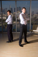 オフィスに立つビジネスマン達
