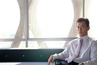 ソファに座るビジネスマン