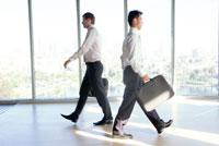 室内を歩くビジネスマン