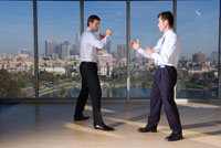 室内で闘うビジネスマン