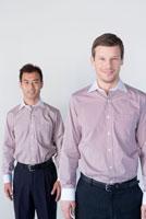 同じシャツを着たビジネスマン二人