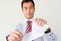 紙を破くビジネスマン
