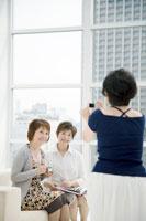 デジカメで写真を撮る中年女性