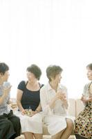 お茶を飲みながら話す中年女性四人
