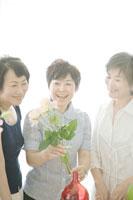 花を活ける中年女性三人