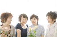 花を活ける中年女性四人