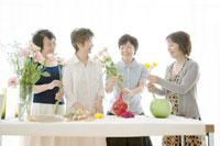 花を活ける中年女性四人 02299006299| 写真素材・ストックフォト・画像・イラスト素材|アマナイメージズ