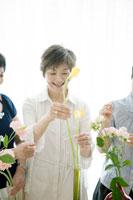 花を活ける中年女性