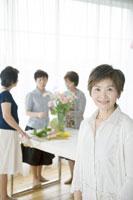 生け花をする中年女性