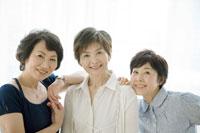 中年女性三人 02299006322A  写真素材・ストックフォト・画像・イラスト素材 アマナイメージズ