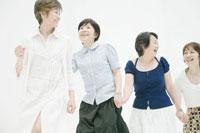 歩く中年女性四人 02299006334  写真素材・ストックフォト・画像・イラスト素材 アマナイメージズ