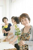 生け花を楽しむ中年女性四人