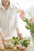 生け花をする中年女性 02299006411A| 写真素材・ストックフォト・画像・イラスト素材|アマナイメージズ