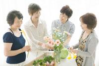 生け花を楽しむ中年女性四人 02299006412A| 写真素材・ストックフォト・画像・イラスト素材|アマナイメージズ