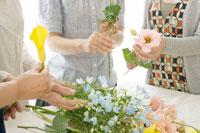 生け花をする中年女性の手元