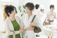 買い物をする中年女性