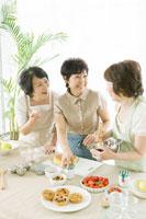 お菓子作りをする中年女性三人 02299006454B  写真素材・ストックフォト・画像・イラスト素材 アマナイメージズ
