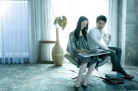 椅子に座り本を読む男女 02299006527| 写真素材・ストックフォト・画像・イラスト素材|アマナイメージズ