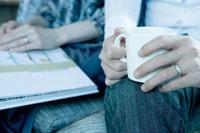コーヒーカップを持つ手元 02299006529| 写真素材・ストックフォト・画像・イラスト素材|アマナイメージズ