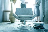 立って話をする男女 02299006530| 写真素材・ストックフォト・画像・イラスト素材|アマナイメージズ