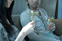 ソファに座りワインを飲む男女 02299006542| 写真素材・ストックフォト・画像・イラスト素材|アマナイメージズ
