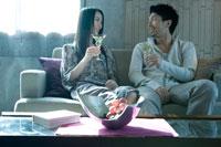 ソファに座りワインを飲む男女 02299006543| 写真素材・ストックフォト・画像・イラスト素材|アマナイメージズ