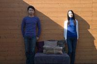壁際に立つ男女 02299006545| 写真素材・ストックフォト・画像・イラスト素材|アマナイメージズ