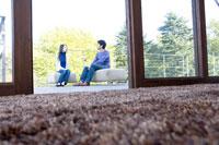 テラスでソファに座る男女 02299006551| 写真素材・ストックフォト・画像・イラスト素材|アマナイメージズ